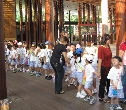 Kids lined up for the zoo