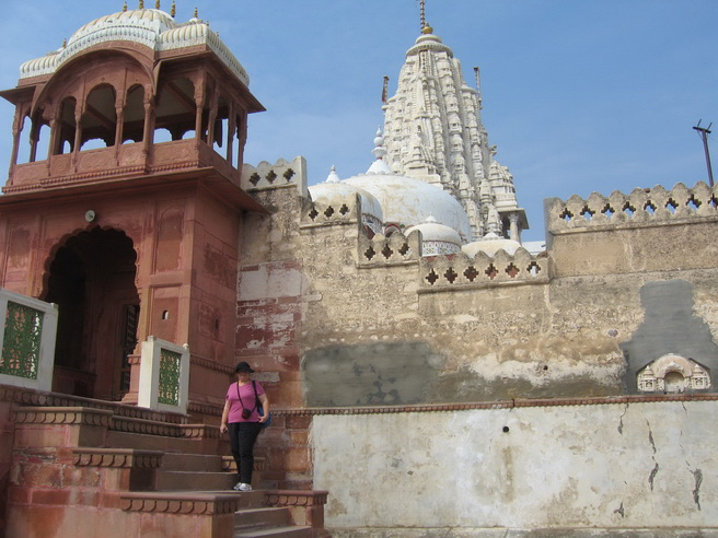 Jane entering the Jain temple